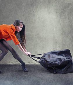 ¡Cuidado con tu Espalda Mujer!… ¡Podrías estar Cargando Más de Seis Kilos en tu Bolso!